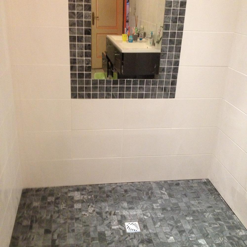 Douche à l'italienne avec miroir